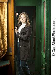 hermoso, mujer joven, posar, en, retro, tren, puerta