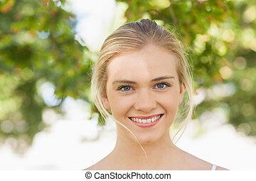 hermoso, mujer joven, posar, en, un, parque