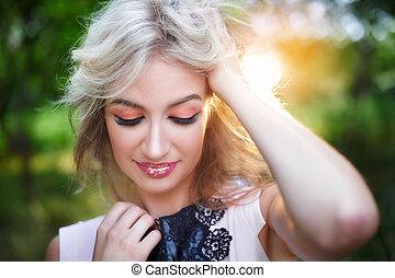 hermoso, mujer joven, posar, en, un, verano, parque