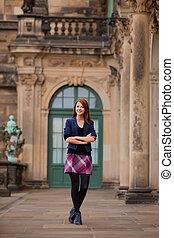 hermoso, mujer joven, posición, delante de, edificio viejo