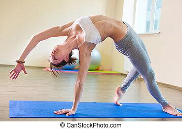 hermoso, mujer joven, yoga, entrenamiento