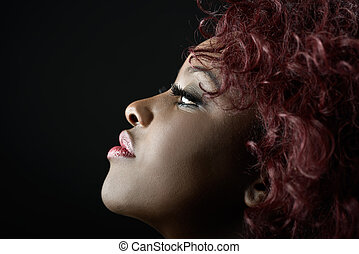 hermoso, mujer negra, en, negro, fondo., tiro del estudio
