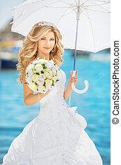 hermoso, mujer sonriente, elegante, novia, con, boda, rosas, ramo, al aire libre, retrato