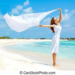 hermoso, niña, con, blanco, bufanda, en la playa