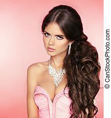 hermoso, niña, con, largo, pelo ondulado, aislado, en, rosa,...