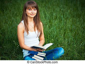 hermoso, niña, con, libro, en el parque
