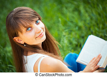 hermoso, niña, con, libro, en el parque, cicatrizarse