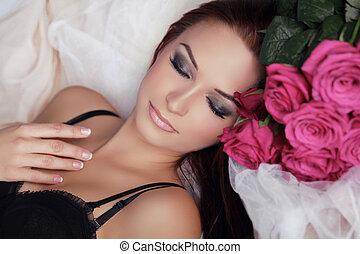 hermoso, niña, con, rosas, flowers., belleza, modelo, mujer, face., perfecto, skin., profesional, make-up., relax.