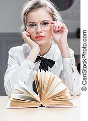 hermoso, niña joven, en, anteojos, con, un, interesante, libro, posar
