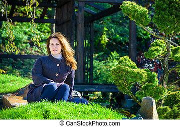 hermoso, niña joven, meditar, en, otoño, parque