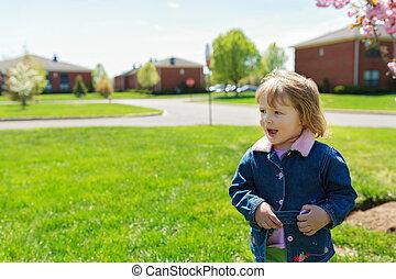 hermoso, niña, paseos, con, un, ramo, en, vestido, en el parque, tarde, luz, en, plano de fondo