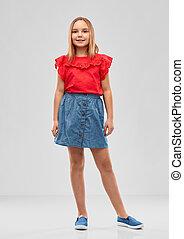 hermoso, niña sonriente, en, camisa roja, y, falda