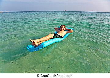 hermoso, niño, el gozar, playa, claro, aire, agua, cristal, saltar, pelo rojo, colchón, multa, arenoso