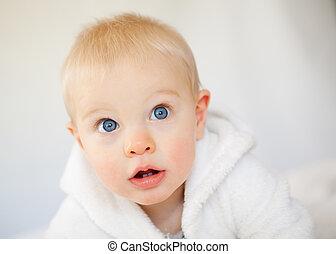 hermoso, niño, poco, bably, contra, cámara, plano de fondo, miradas, blanco
