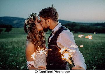 hermoso, novia y novio, con, sparklers, en, un, meadow.