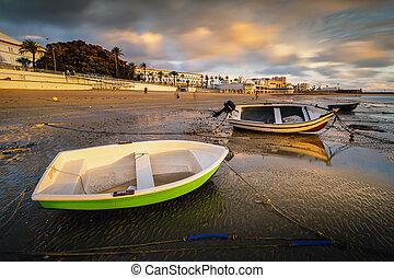 hermoso, ocaso, en la playa, de, la, caleta, cuándo, el, marea, va, abajo, y, el, barcos, eso, remain, estático