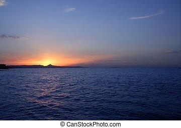 hermoso, ocaso, salida del sol, encima, azul, mar, océano, sol rojo, cielo