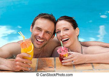 hermoso, pareja, bebida, cócteles