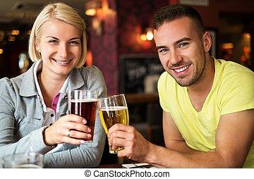 hermoso, pareja, el gozar, cerveza, bar