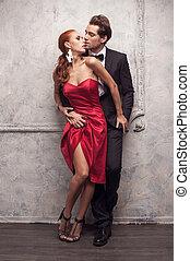 hermoso, pareja, en, clásico, outfits., posición, y, besar, con, pasión