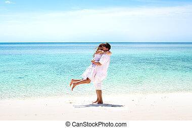 hermoso, pareja joven, abrazar, en, un, maravilloso, playa tropical
