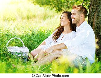 hermoso, pareja joven, merienda campestre que tiene, en, campo
