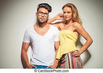 hermoso, pareja joven, postura, muy cerca, mirar la cámara