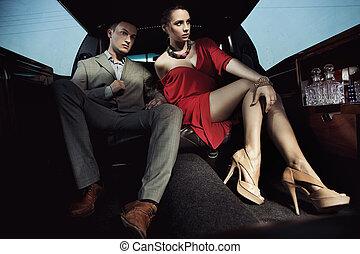 hermoso, pareja, sentado, en, un, limusina