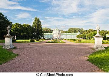 hermoso, parque, delante de, edificio viejo