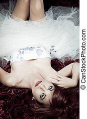 hermoso, pelirrojo, mujer, acostado, en, un, cama de rosas