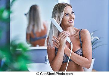 hermoso, pelo, cuarto de baño, mujer, el enderezarse