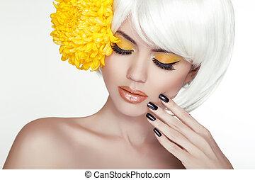 hermoso, perfecto, mujer, hembra, ella, belleza, face., maquillaje, plano de fondo, aislado, amarillo, manicured, flowers., conmovedor, fresco, rubio, balneario, skin., retrato, blanco, nails.