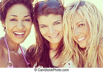 hermoso, playa, tres, joven, reír, amigos, mujeres