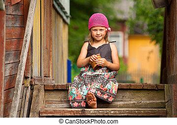 hermoso, poco, five-year, niña, en, el, pórtico, de, un,...