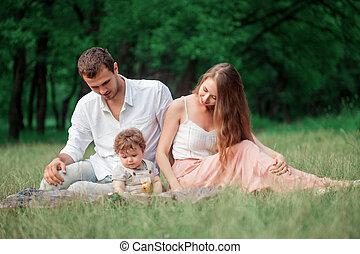 hermoso, poco, joven, contra, hijo, árboles verdes, madre, bebé, padre