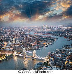 hermoso, puente, aéreo, anochecer, skyline., torre, vista, ...