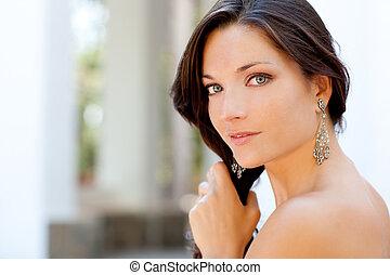 hermoso, retrato, mujer, al aire libre, cardadura