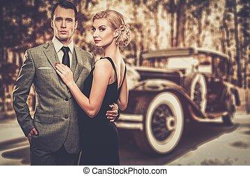 hermoso, retro, pareja, contra, coche de la vendimia