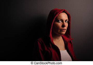 hermoso, rojo, encapuchado, adulto joven, retrato de mujer