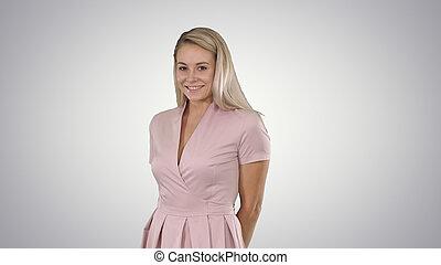 hermoso, rosa, mujer, fondo., ser, gradiente, cohibido frente a la cámara, sonriente, vestido