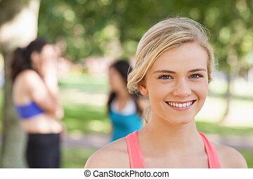 hermoso, rubio, deportivo, mujer, posar, en, un, parque