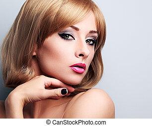 hermoso, rubio, maquillaje, mujer, con, pelo corto, estilo, mirar, sexy