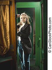 hermoso, rubio, mujer, posar, en, tren, puerta
