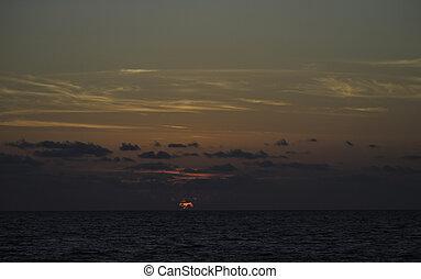 hermoso, salida del sol, en, el, mar, con, nubes