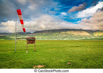 hermoso, salida del sol, en las montañas, cerca, castelluccio, umbria, italia