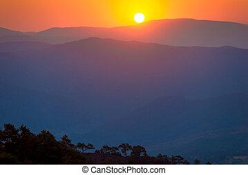 hermoso, salida del sol, en las montañas, y, tonos anaranjados