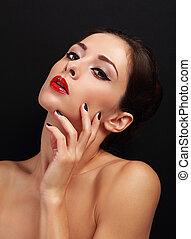 hermoso, sexy, maquillaje, mujer, con, brillante rojo, labios, y, negro, manicured, clavos