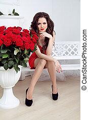 hermoso, sexy, mujer, con, flores, ramo, de, rosas rojas, en, interior, apartamento, valentines, day.