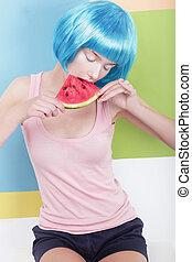 hermoso, soñador, mujer, en, azul, peluca, tenencia, rebanada de sandías