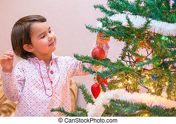 hermoso, sonreír feliz, niña, es, decorar el árbol de navidad, dentro